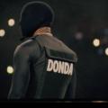 """Kanye West se apresenta no Mercedez-Benz Stadium (EUA) com máscara no rosto inteiro e colete à prova de balas escrito o nome do álbum """"Donda"""". Foto de Philey Sanneh/DONDA/divulgação."""
